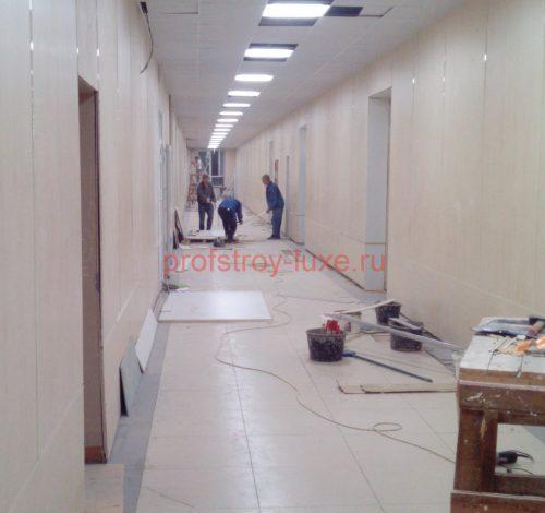 Облицовка стен коридора панелями из ГМЛ.